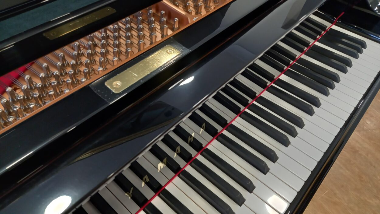 Yamaha C3 grand piano - header rail