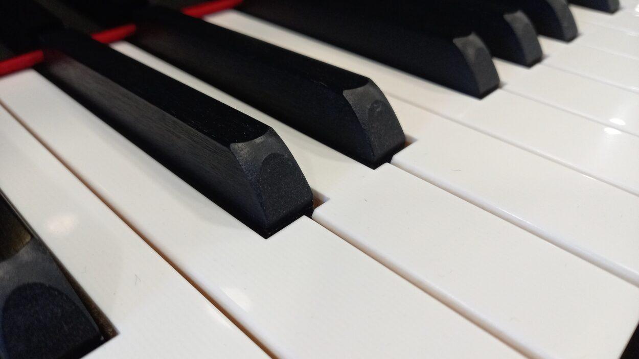 Yamaha C3 grand piano - keys close