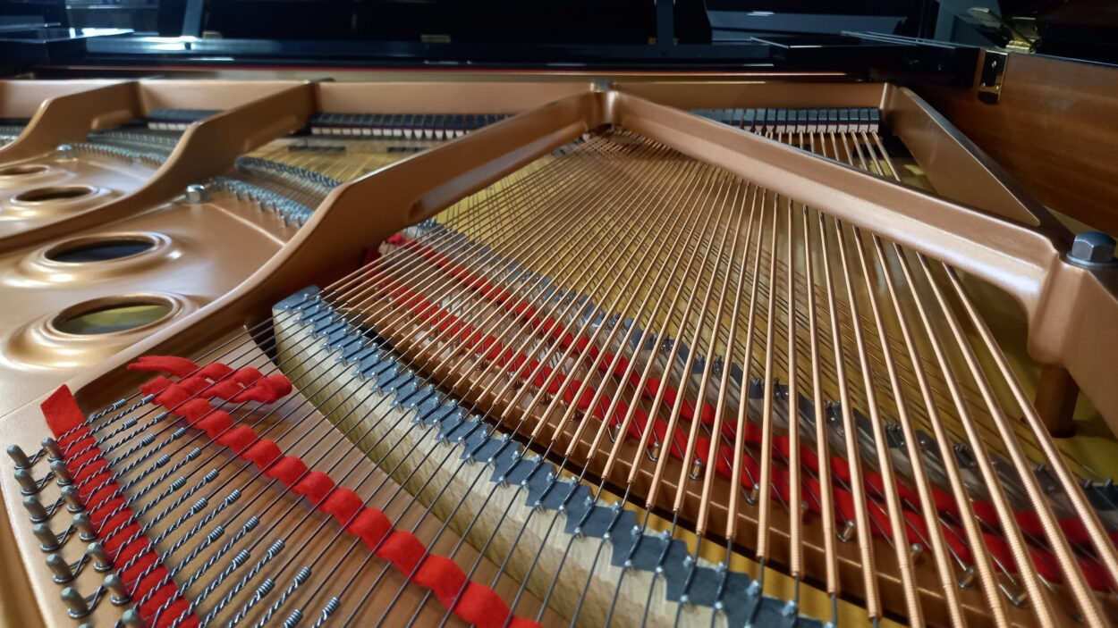 Yamaha C2L Grand Piano - C2 - Bass bridge